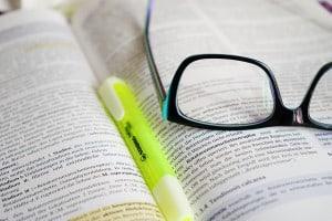 Eine Brille auf einem Buch