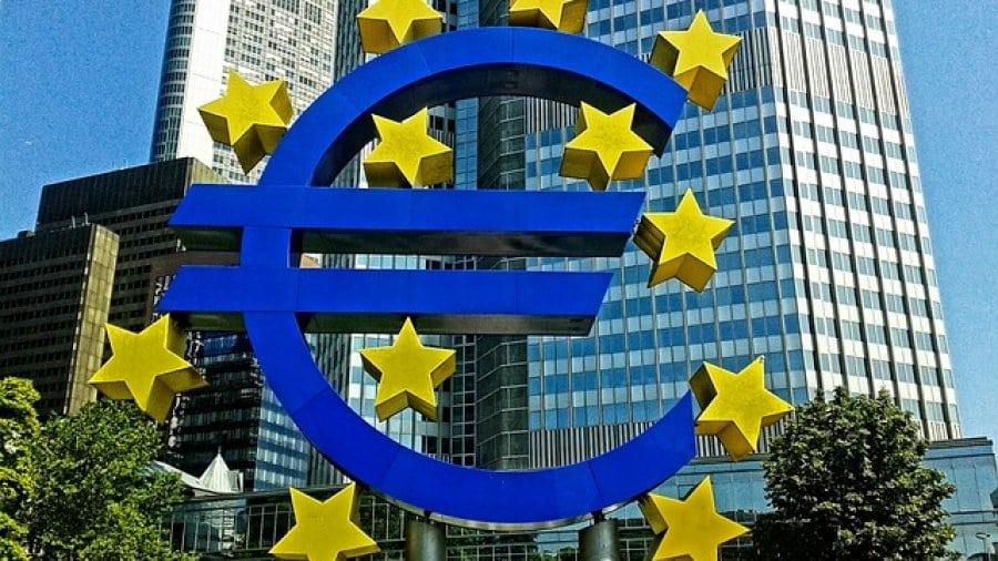 Euro Symbol vor der EZB
