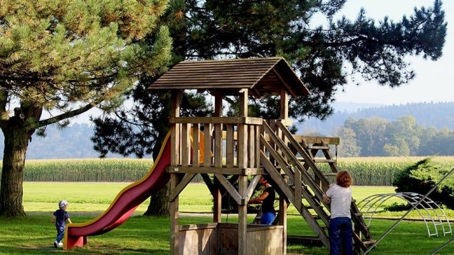 Kinder spielen auf einem Spielplatz